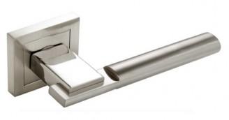 Roseta de placa cuadrada fabricada en aluminio y rematada en cromo.